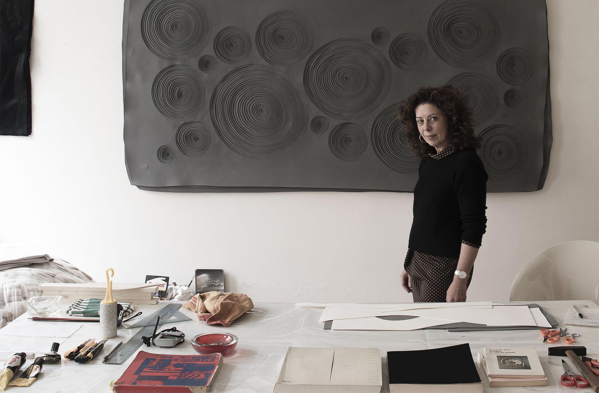 Paola Pezzi nel suo studio